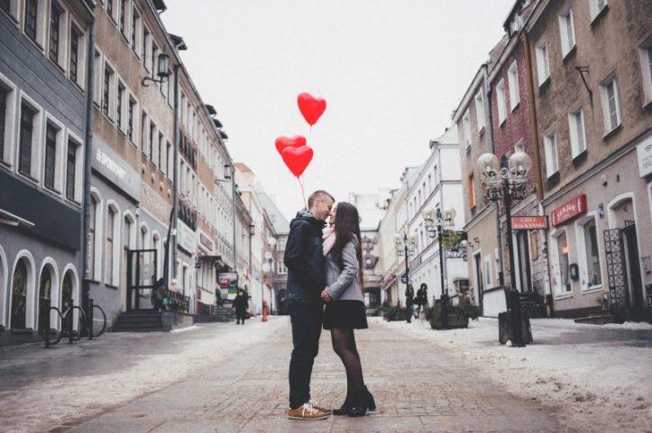 couple_with_heart_shape_baloons_2-800x533.jpg